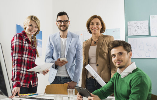Portrait of confident businesspeople in office - UUF003005