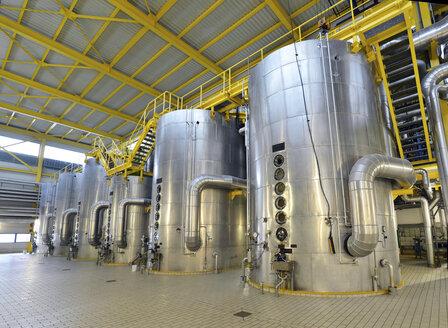 Vacuum pans in a sugar mill - LYF000390