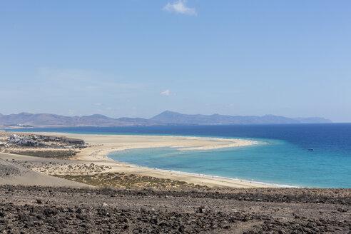 Spain, Canary Islands, Fuerteventura, Risco del Paso, view to Playa de Sotavento - MABF000291