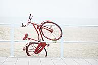 Netherlands, Scheveningen, red Dutch roadster fixed at a railing near the beach - STKF001087