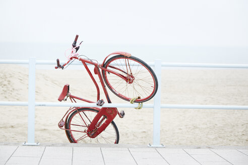 Netherlands, Scheveningen, red Dutch roadster fixed at a railing near the beach - STKF001087