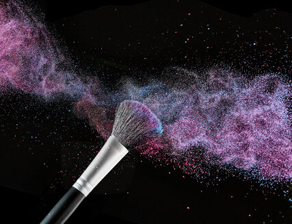Coloured make-up powder and beauty brush in front of black background - RAMF000005