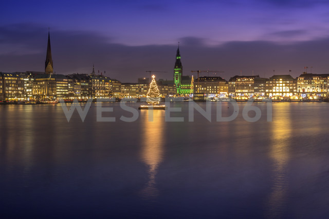 Germany, Hamburg, Downtown skyline with illuminated Christmas tree on Alster river - NKF000210 - Stefan Kunert/Westend61