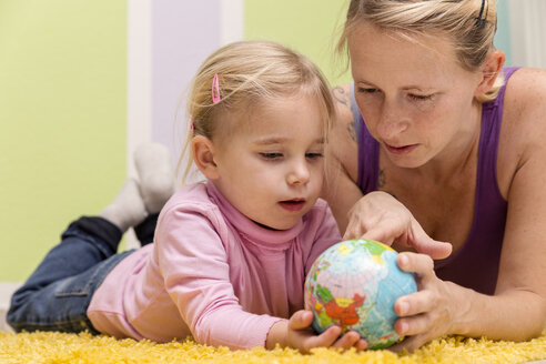 Mother and daughter with small globe - MIDF000016