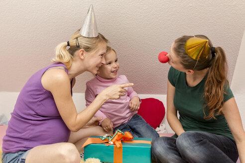 Two women and girl celebrating birthday - MIDF000018