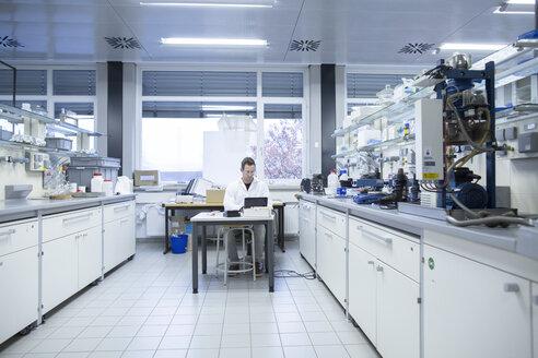 Chemist working in lab - SGF001243