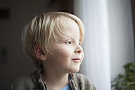 Portrait of smiling little boy waiting - RB002206