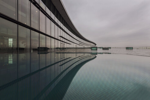 Germany, Saxony, Dreden, modern architecture reflecting in a pool - HC000105