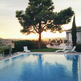 Spain, Majorca, evening light in a small hotel complex, pool, tree, mediterranean style - MS004428