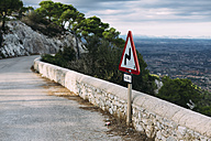 Spain, Mallorca, Felanitx, winding road sign - DW000234