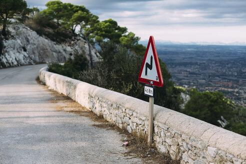 Spain, Mallorca, Felanitx, winding road sign - DW000234