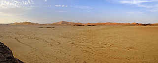 Africa, Algeria, Sahara, Tassili N'Ajjer National Park, Tadrart, View over claypan at Oued in Djerane, Panorama - ES001483