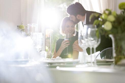 Elegant couple in restaurant - WESTF020399