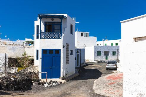 Spain, Canary Islands, Lanzarote, El Golfo, Alley and houses - AM003514