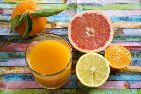 Glass of multivitamine juice and differnet citrus fruits - SARF001198