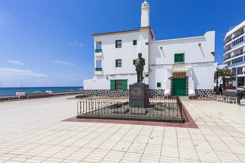 Spain, Canary Islands, Lanzarote, Arrecife, view to statue of Blas Cabrera Felipe - AMF003528