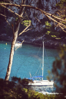 Spain, Balearic Islands, Menorca, Cala Galdana, view of a bay with sailing boats - EHF000006