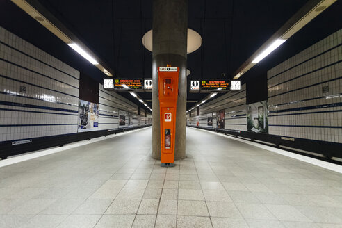 Germany, Hamburg, empty underground station - DW000238