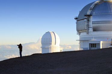 USA, Hawaii, Big Island, Mauna Kea, view to observatories and a photographer at morning light - BR000959