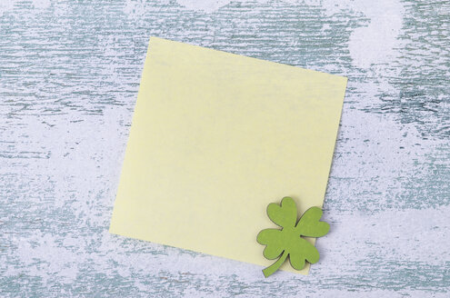 Blank adhesive note with clover leaf on wood - ODF000949
