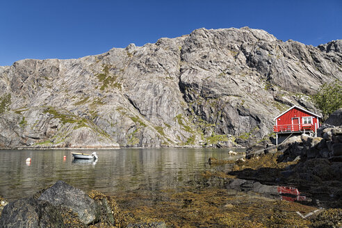 Norway, Nordland, red wooden houses in the harbour of Nusfjord - STSF000677