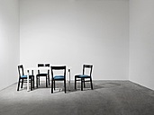 Four chairs and a table in a room - PDF000659