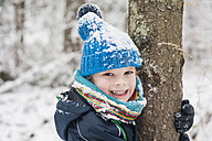 Portrait of happy boy in winter - MJF001402