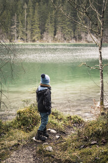 Germany, Bavaria, Ramsau, boy at Hintersee - MJF001442