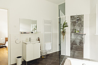 Master bathroom in modern building - MFF001368