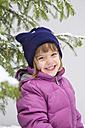 Portrait of smiling little girl in winter - LVF002546