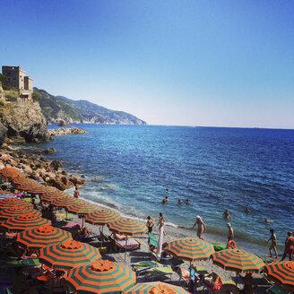 Italiy, Liguria, Cinque Terre, Monterosso al Mare, tourists on beach - GWF003461