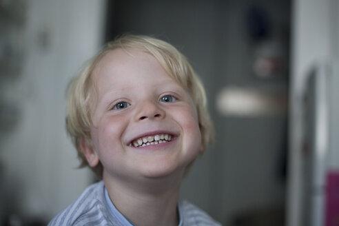 Portrait of smiling little boy - RB002249
