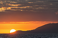Pacific Ocean, Galapagos Islands, sunset above Santiago Island - FOF007587