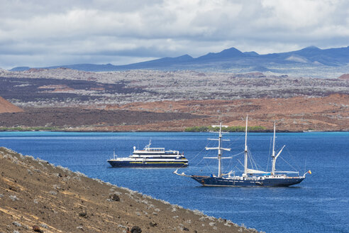 Pacific Ocean, sailing ship and cruise ship in bay of Bartolome Island, Galapagos Islands - FO007557