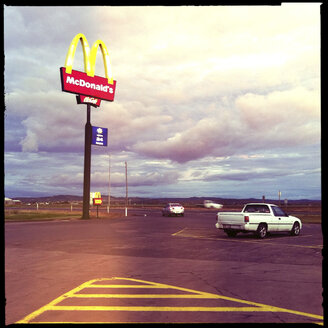 mc donalds sign, road house, pick up car, highway, queensland, australia - LUL000050