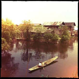 old woman steering longtail boat, inle lake, myanmar - LUL000218