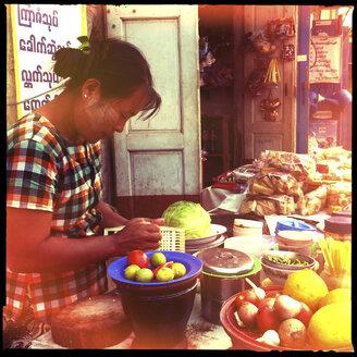 village and market life, inle lake, myanmar - LUL000243