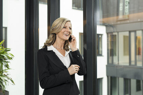 Smiling businesswoman on cell phone - SHKF000224