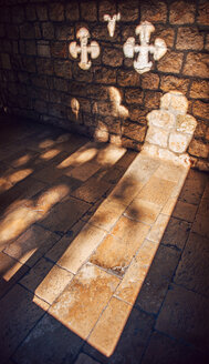 Croatia, Dubrovnik, sunbeams in an old cloister - EH000073