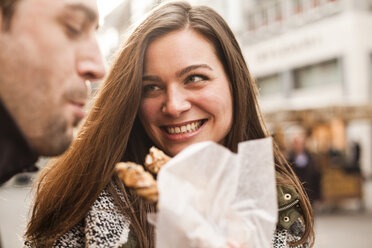 Germany, Cologne, young coupleeating pastry - FEXF000247