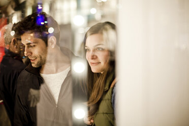 Germany, Cologne, young couple looking at window display - FEX000282