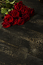 Red roses on dark wood - MAEF009370