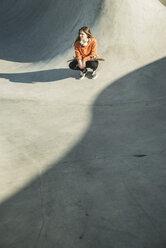 Teenage girl in skatepark - UUF003055