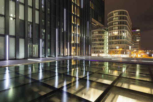 Germany, Duesseldorf, media harbor, Hyatt Regency Hotel at night - WI001310