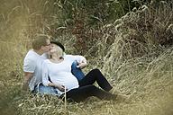 Man kissing his pregnant girlfriend - JTLF000040