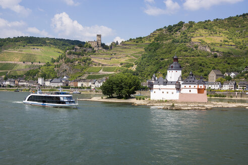 Germany, Kaub and Gutenfels Castle with tourboat on River Rhine - JWA000230