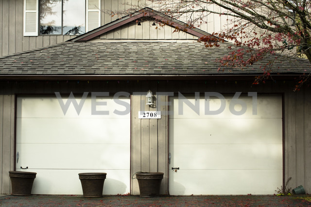 Canada, North Vancouver, Garage doors of house - NG000198 - Nadine Ginzel/Westend61