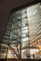 Germany, Duesseldorf, glass front of Stadttor at night - WI001367