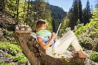 Austria, Altenmarkt-Zauchensee, woman drawing in the nature - HHF005064