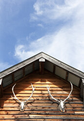Austria, Salzburg State, Wooden house with deer antlers - WWF003438